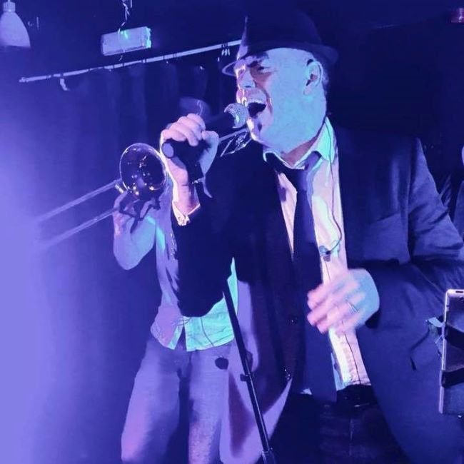 Skamungas performing live